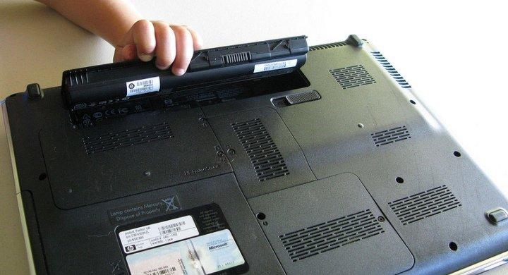 Imagen - Utilizar el cargador del portátil ¿Con o sin la batería puesta?