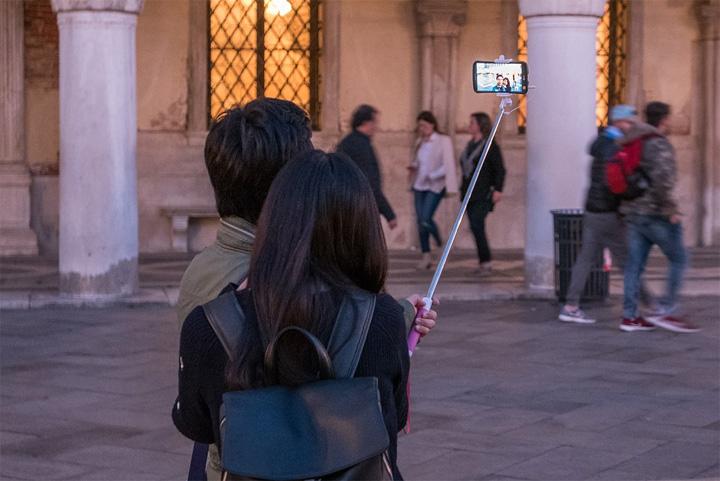 Imagen - ¿Se puede llevar un palo selfie en el equipaje de mano de un vuelo?