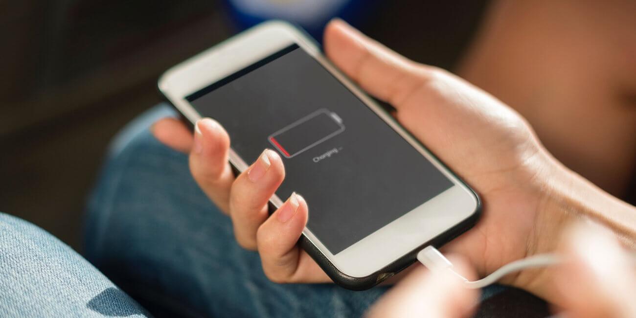 ¿Es dañino seguir cargando la batería del móvil cuando ya está al 100%?
