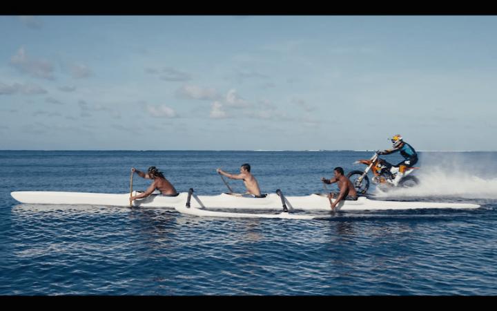 Imagen - Robbie Maddison, el motorista que surfea con su moto se hace viral