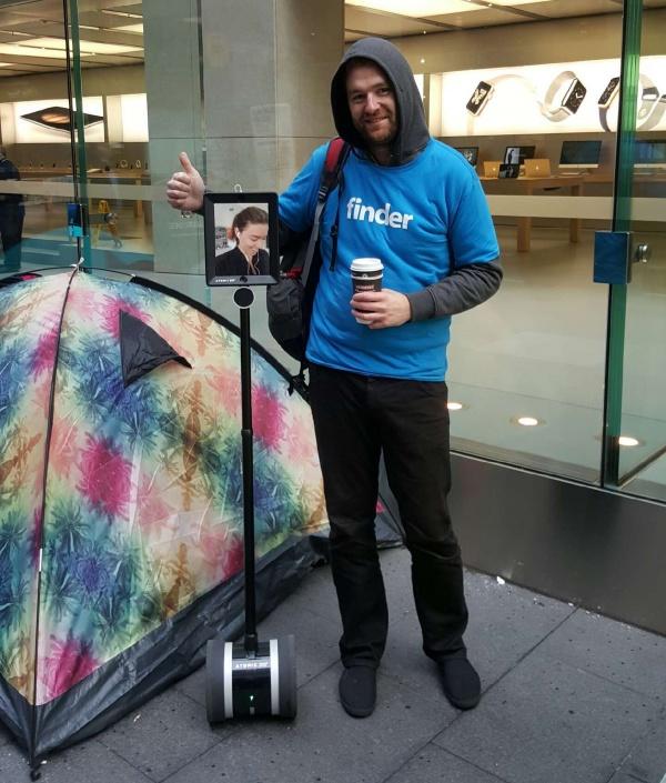 """Imagen - La cuarta """"persona"""" esperando el iPhone 6s es un robot"""