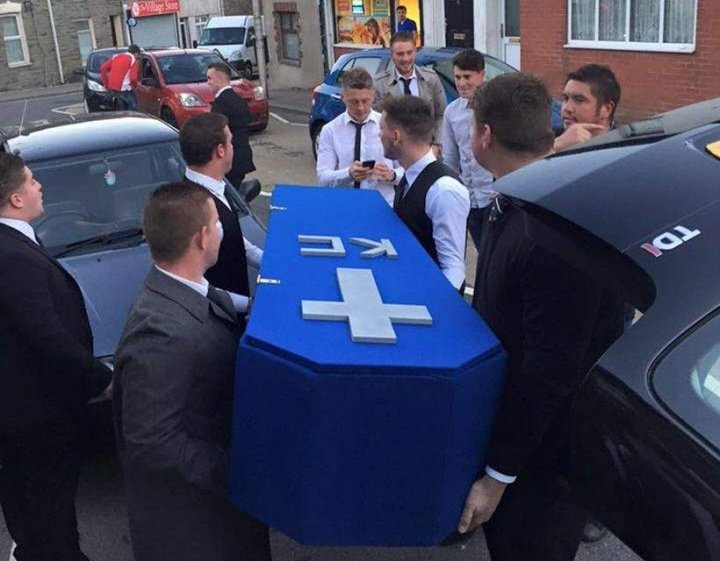 Imagen - Organizan un funeral porque ya no ven a su amigo desde que tiene novia