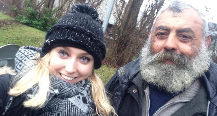 Se hace famosa por compartir un selfie con un indigente en Facebook