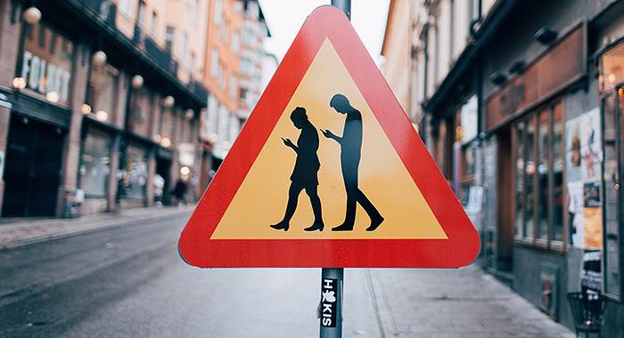 Imagen - ¡Cuidado! Peatones usando el móvil, la nueva señal en Suecia
