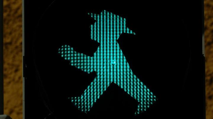 ¡Cuidado! Peatones usando el móvil, la nueva señal en Suecia