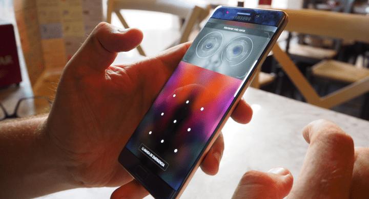 Un Samsung Galaxy Note 7 de la nueva versión arde mientras estaba conectado a un MacBook
