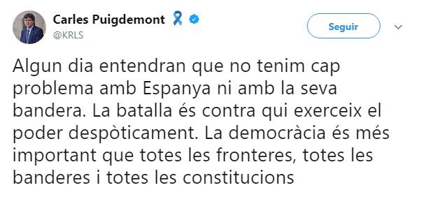 Imagen - Puigdemont besa la bandera española y se vuelve viral
