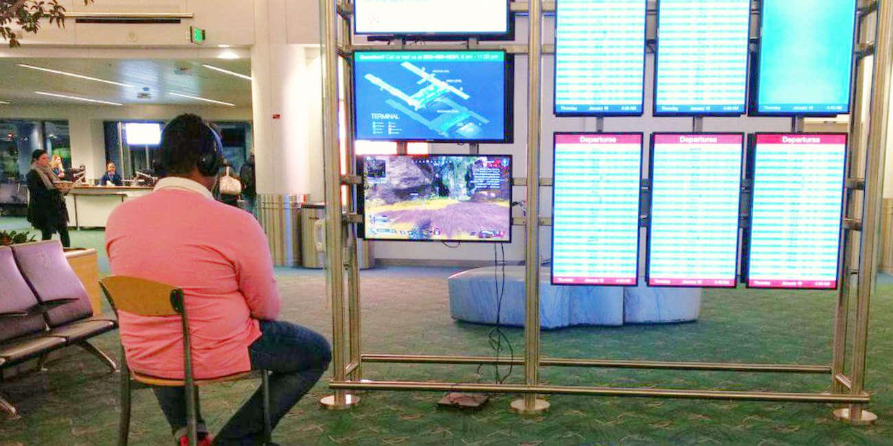 Conecta su PS4 a una de las pantallas del aeropuerto y se pone a jugar a Apex Legends