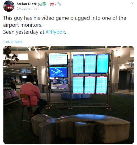 Imagen - Conecta su PS4 a una de las pantallas del aeropuerto y se pone a jugar a Apex Legends