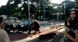 Un ciclista que aparta un coche para poder pasar con la bici se hace viral