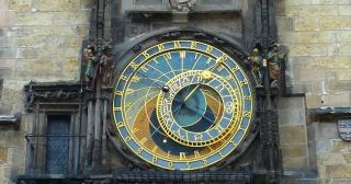 ¿Por qué se cambia la hora y fecha del reloj sola?