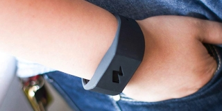 Pavlok, la pulsera que lanza descargas eléctricas si te excedes con ciertos hábitos