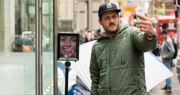 """La cuarta """"persona"""" esperando el iPhone 6s es un robot"""