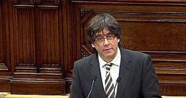 Puigdemont besa la bandera española y se vuelve viral
