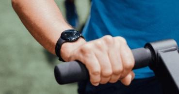 La distancia social se puede garantizar con una smartband como en este gimnasio
