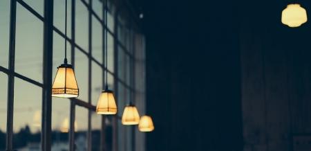 Cómo ahorrar electricidad y hacer tu casa más segura con las bombillas inteligentes
