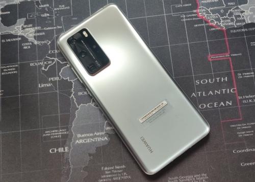 ¿Por qué es importante quitar la pegatina de detrás del móvil?
