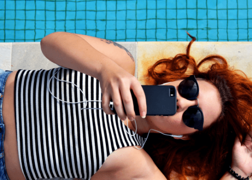 usando-telefono-piscina-720x388