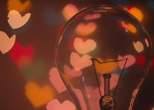 corazones-bombilla-1300x650