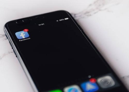 """¿Es verdad que al sacudir el móvil en Facebook sale la opción """"Informar de un problema""""?"""