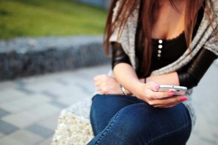 chica-smartphone1-720x479