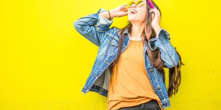 chica-ropa-pared-amarilla-1300x650