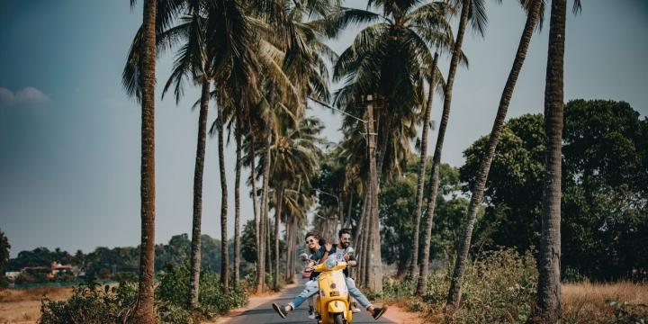 pareja-moto-palmeras-1300x650