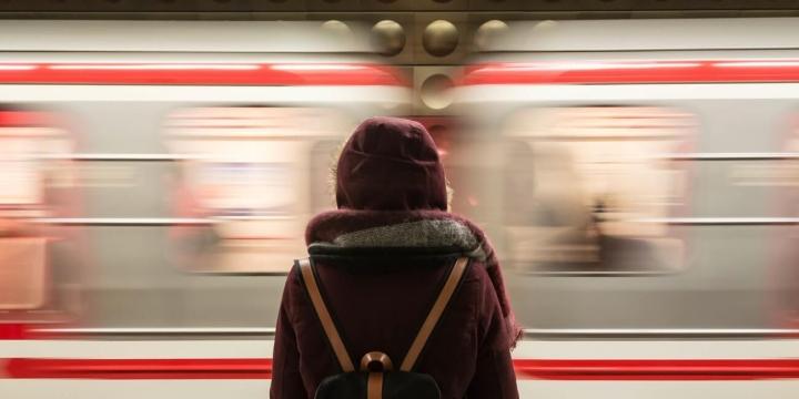 mujer-tren-1300x650