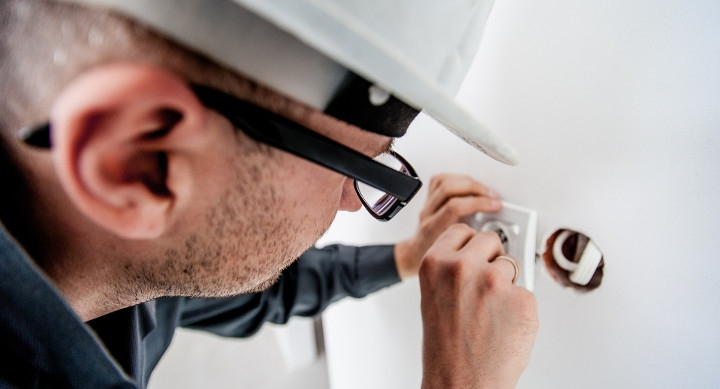 electricista-trabajando-720x389