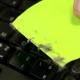 Truco: Cómo limpiar el teclado con un post-it