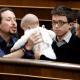 Los mejores memes de Íñigo Errejón y el bebé de Carolina Bescansa en el Congreso
