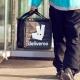 Deliveroo y Uber Eats se reinventan en la cuarenta: ya llevan compras a casa